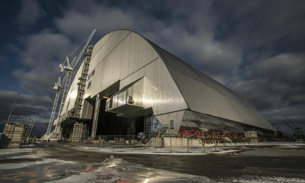 STÅLKUPPEL: Denne stålkuppelen skal plasseres over Tsjernobyl-reaktoren som eksploderte i 1986, og forhindre ytterligere spredning av radioaktive partikler. Nå er den ferdig bygget, og på vei mot målet. Foto: Den europeiske bank for gjenoppbygning og utvikling