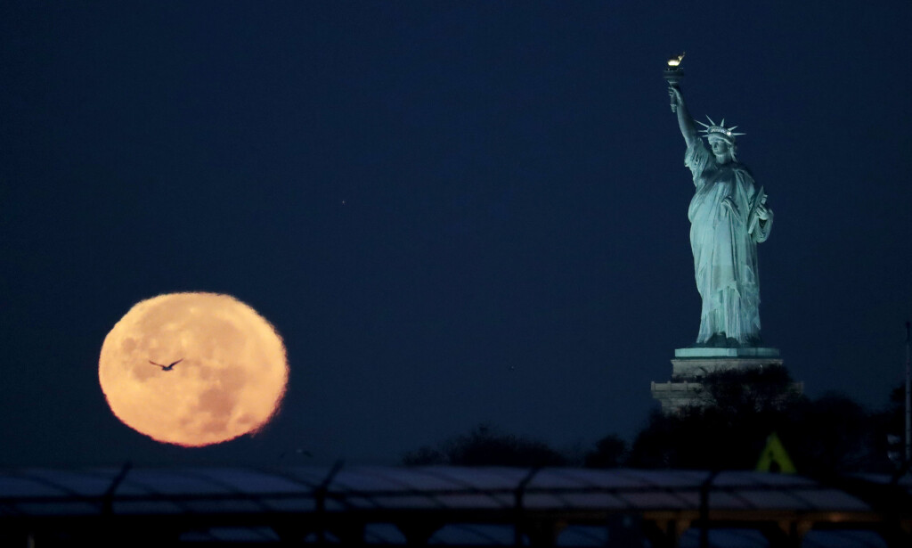 NEW YORK: Månen pryder også ved Frihetsgudinnen i New York. Foto: AP / NTB Scanpix