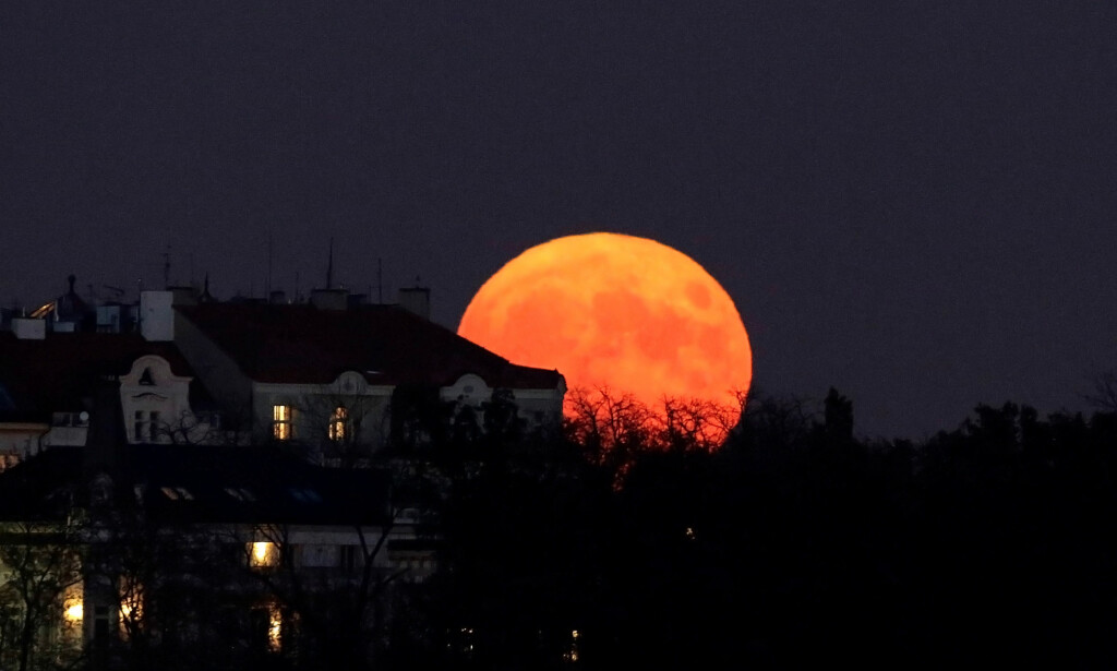 PRAHA: I hovedstaden i Tsjekkia, Praha, ble dette bildet tatt i kveld. Foto: Reuters / NTB Scanpix