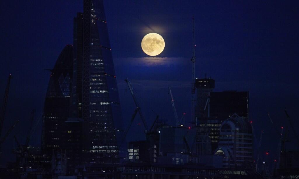 LONDON: Supermånen sett fra den britiske hovedstaden.
