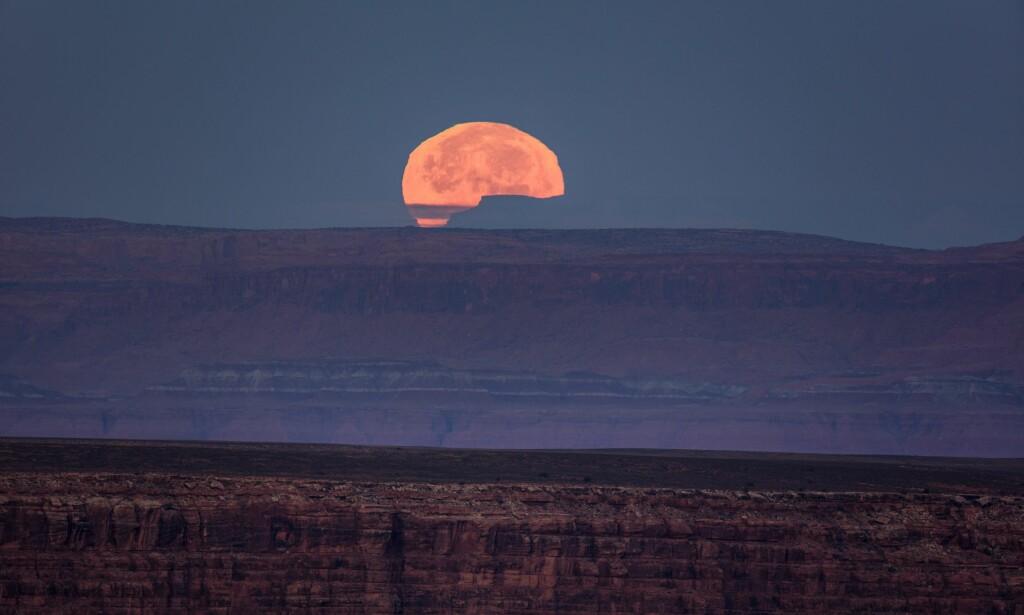 UTHA: Supermånen sett fra Utah. Foto: EPA / NTB Scanpix