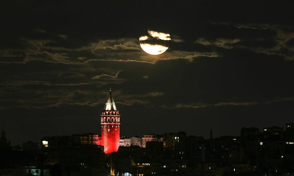 ISTANBUL: Månen over Galata tower i Istanbul i Tyrkia. Foto: Anadolu Agency / NTB Scanpix