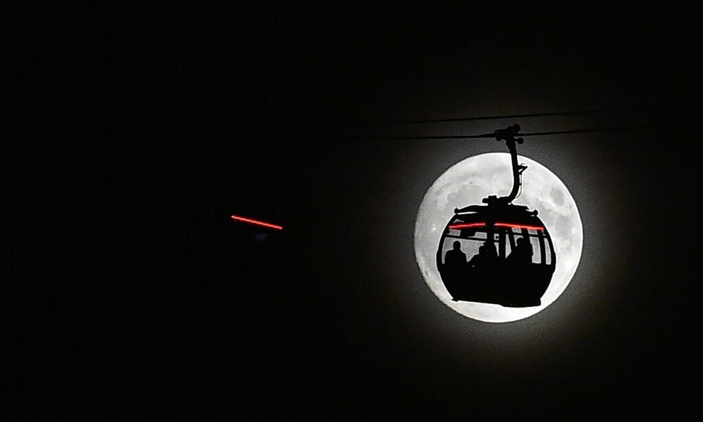 LONDON: Måneskinn i London. Foto: AFP / NTB Scanpix