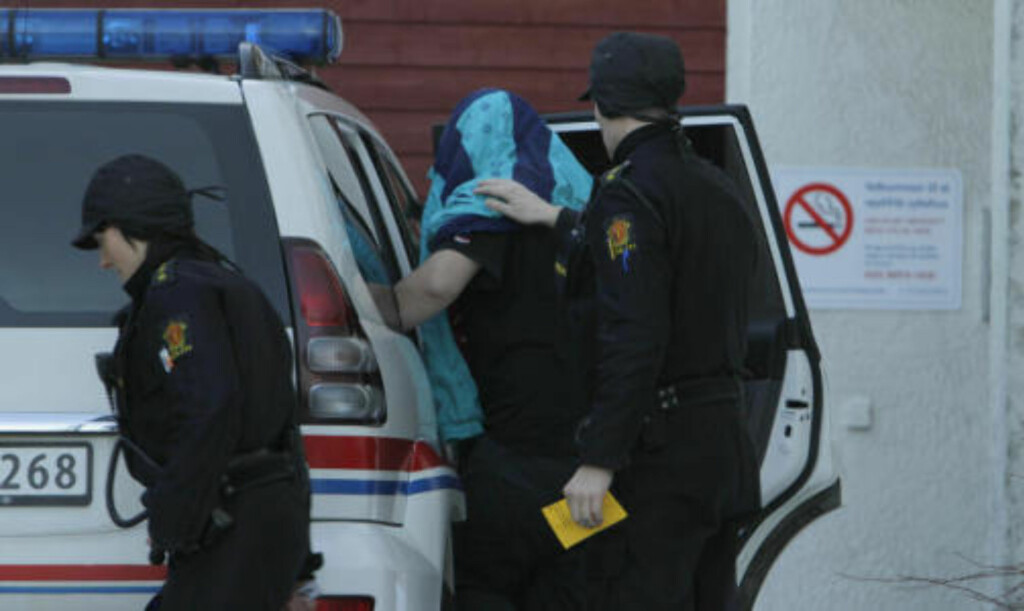 ERKJENNER DRAP: Her føres den drapssiktede 24-åringen fra St. Olavs hospital og inn i en ventende politibil. 24-åringen har i avhør i dag innrømmet å ha tatt livet av en 29 år gammel kvinne. Foto: Ron Holan