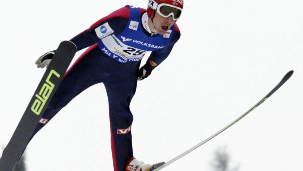 <strong>OPPGITTE:</strong> Johan Remen Evensen hoppet 210 meter i sitt førstehopp - før juryen feiget ut.Foto: SCANPIX/AFP/DIETER NAGL