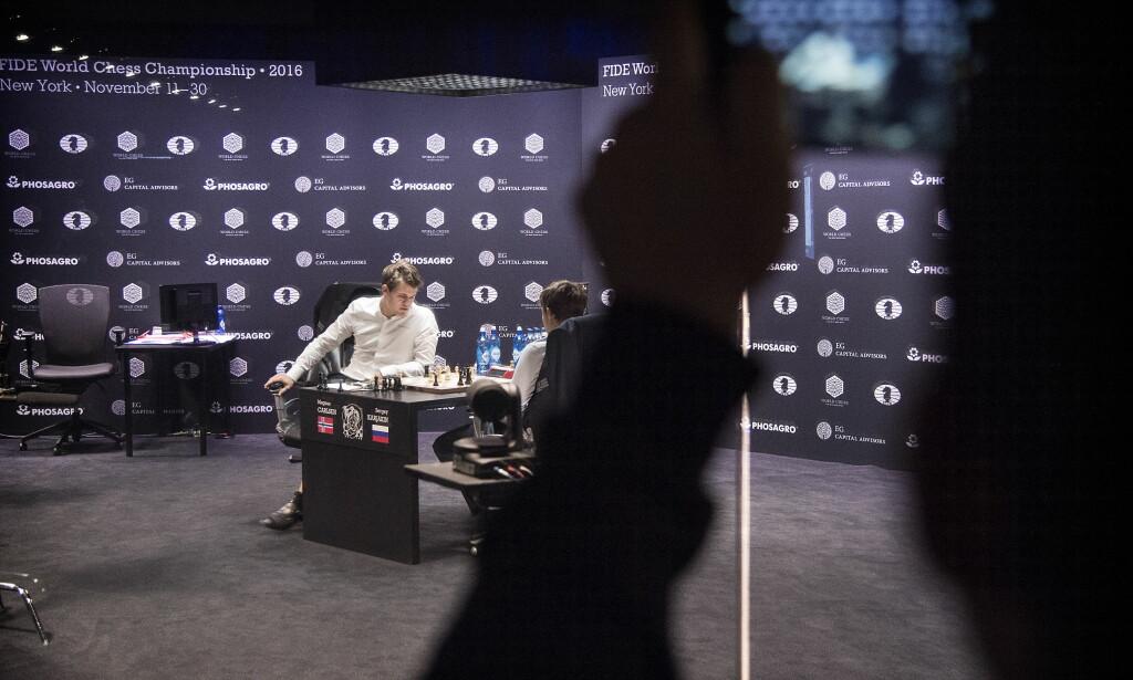 MARATONPARTI: Det ble intense seks timer og 40 minutter i glassburet på Manhattan for Carlsen og Karjaken i runde tre. Foto: Hans Arne Vedlog/Dagbladet
