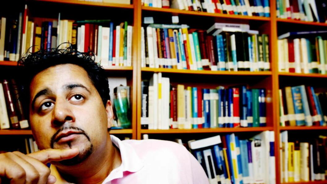 <strong>TEST DEG SELV:</strong> Politiker og advokat Abid Raja har røtter i Pakistan. Nå har han tatt opp stafettpinnen fra professor Thomas Hylland Eriksen og har lagd sin egen quiz om innvandring i Norge. Foto: Kristin Svorte