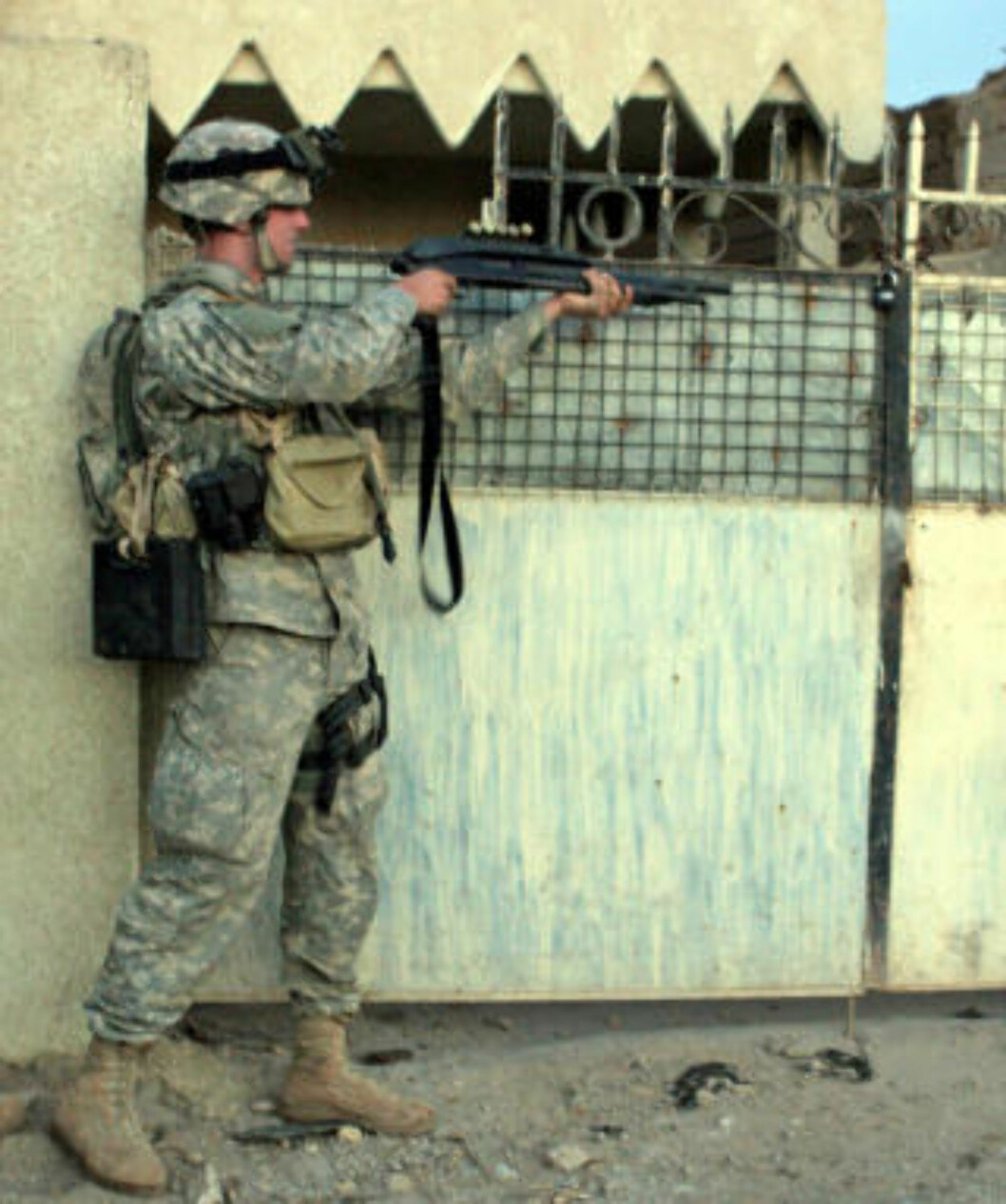 <strong>I IRAK:</strong> Steven Green tjenestegjorde som menig soldat, før han ble dimmitert for personlighetsforstyrrelser. Her skal ha til å skyte opp en portlås under en operasjon i Mullah Fayed i Irak. Foto: AFP PHOTO/US ARMY/SCANPIX