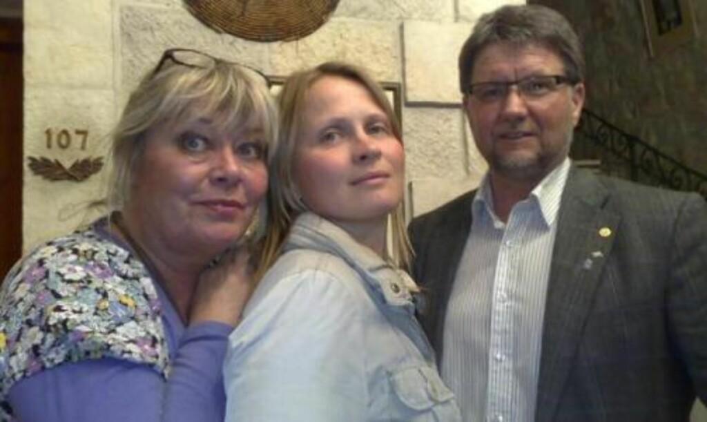 SKUFFET: Ingrid Evertsen (t.v.), Astrid Eriksen og Tromsø-ordfører Arild Hausberg kom aldri inn i Gaza. MMS-foto: Privat