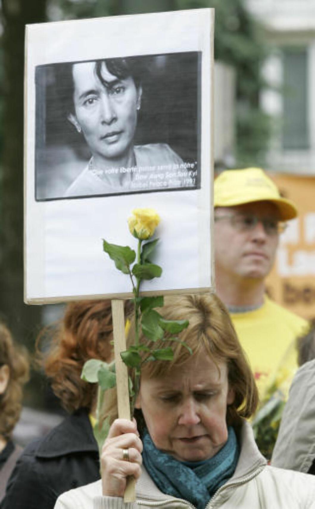 <strong>STØTTE:</strong> Her demonstrerer tilhengere av Suu Kyi utenfor Burmas ambassade i Brüssel i mars. De får støtte av Jimmy Carter. Foto: AP Photo/Yves Logghe/Scanpix
