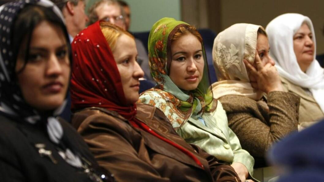 <strong>FÅR OFTE UFAGLÆRTE JOBBER:</strong> Innvandrerkvinner i pleie- og omsorgssektoren er ikke mer uføretrygdet enn etnisk norske kvinner i samme bransje, mener forskerne fra Universitetet i Oslo, som er kommet fram til at uføretrygdgraden blant innvandrere i Norge er så høy fordi innvandrere har tøffere yrker og lavere lønn. Illustrasjonsfoto: REUTERS/Kevin Lamarque/SCANPIX