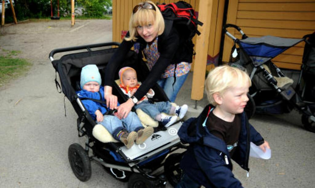 FORELDRE PÅ JOBB:  Ulla Westbø har ikke barn i barnehagen selv, men trådte til og hentet naboens barn siden de ikke fikk seg fri fra jobb. Foto: Øistein Norum Monsen