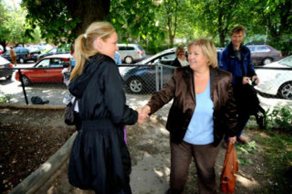 STØTTER STREIKEN:  Erna Solberg (H) møtte opp i Seilduken barnehage i dag for å vise sin støtte til streiken. Her hilser hun på daglig leder Karianne Kirstistuen. Foto: Øistein Norum Monsen