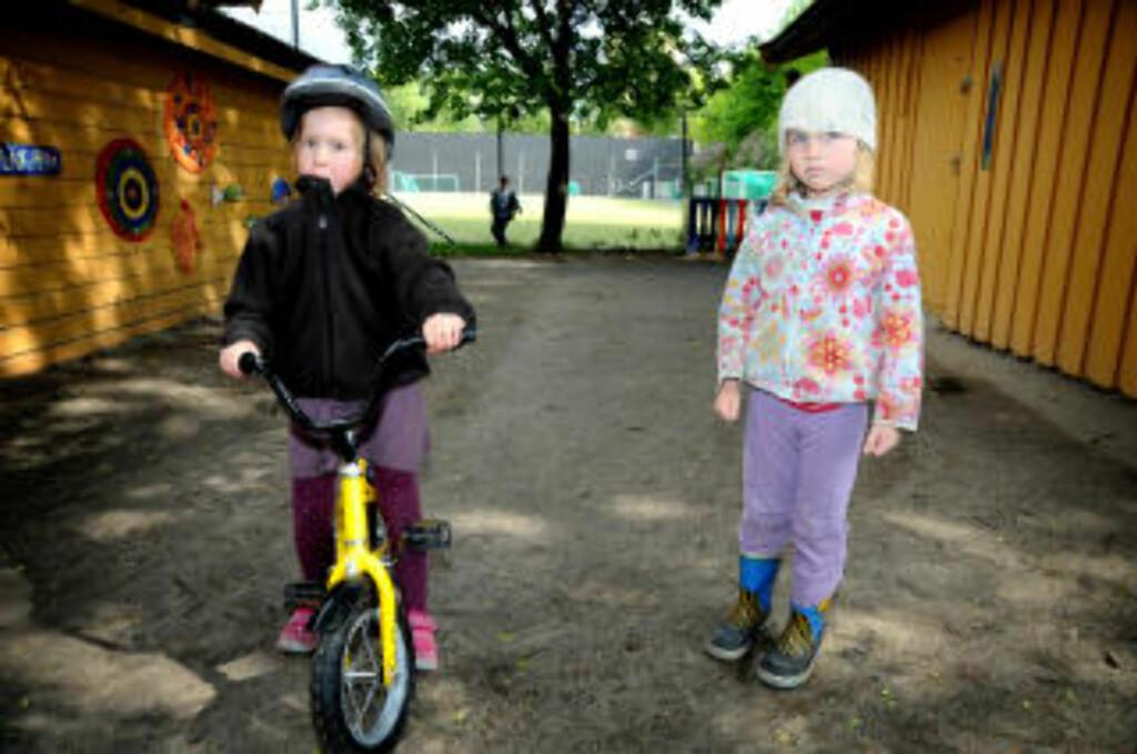 DUMT: Andrea (5) og Idun (5) er enige i at streik er dumt. Foto: Øistein Norum Monsen