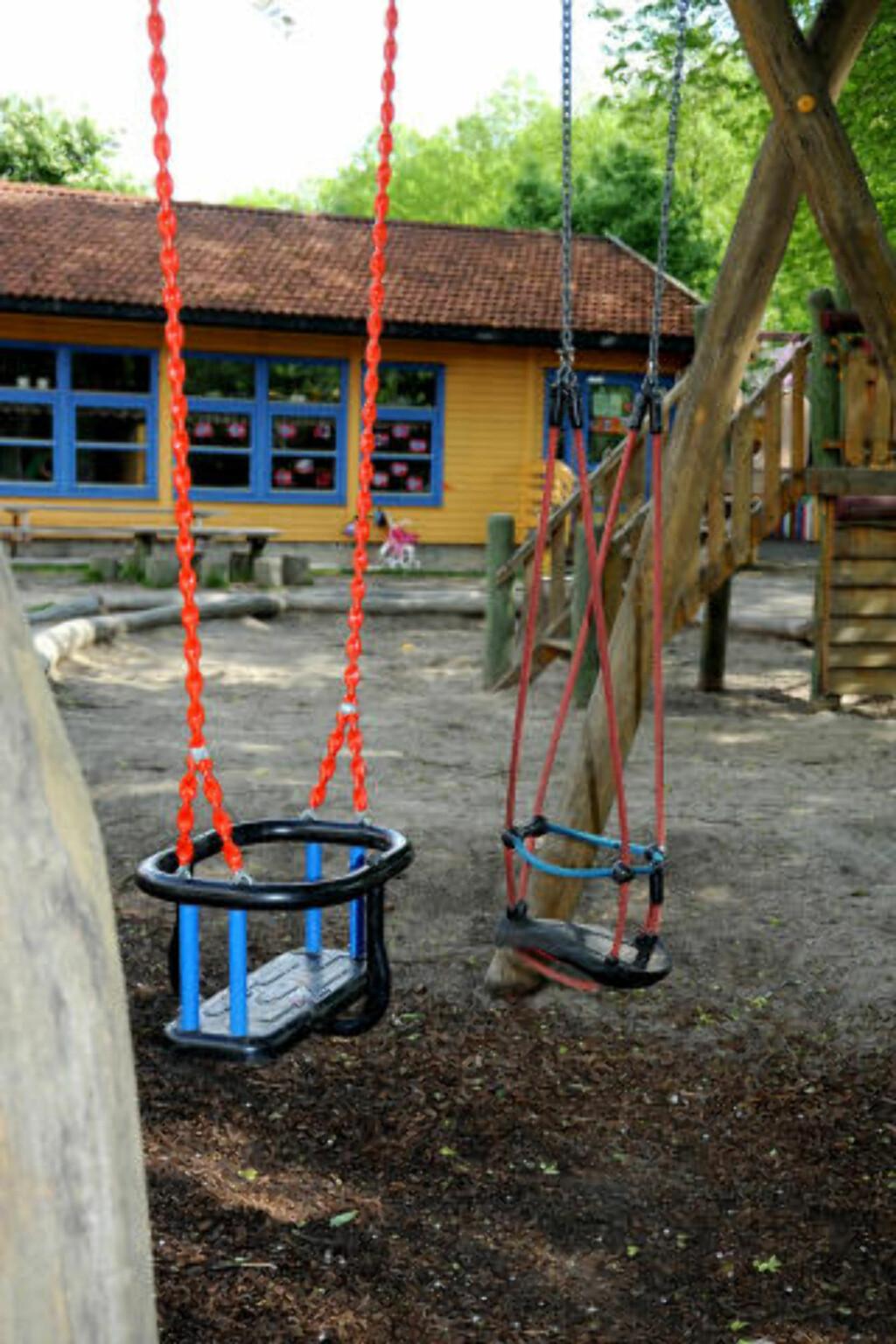 TOMT:  Etter klokken tolv var det tomt på lekeplassen utenfor Seilduken Barnehage. Foto: Øistein Norum Monsen