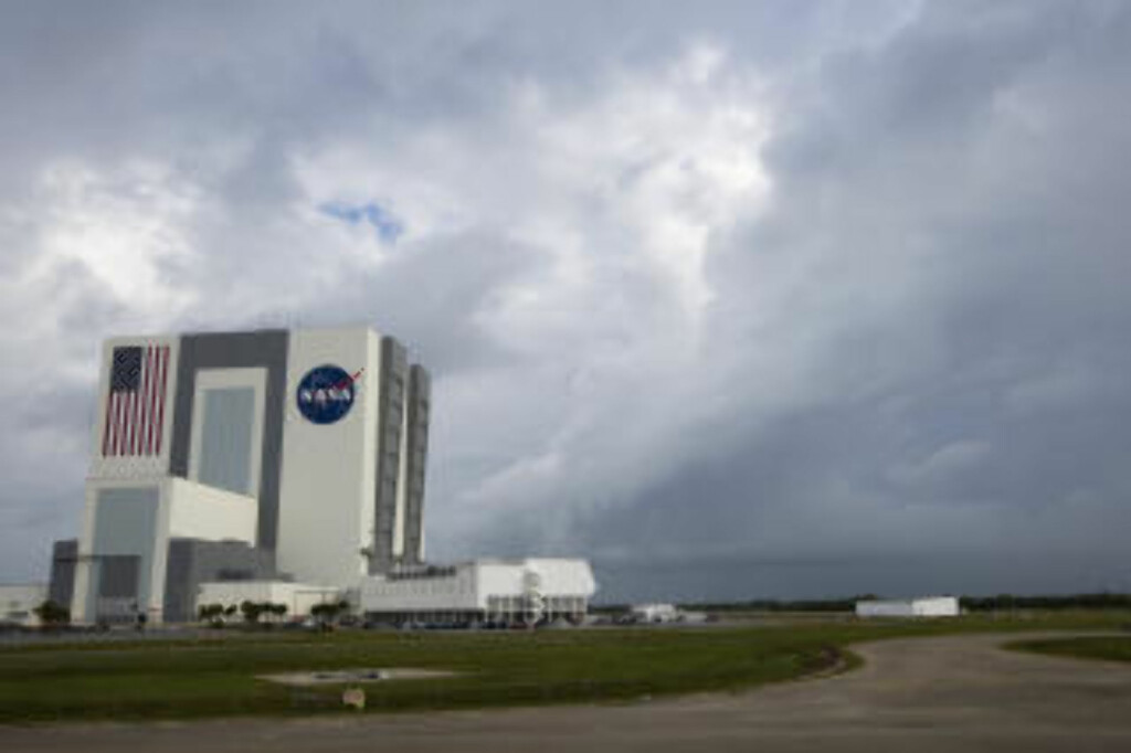 DÅRLIG VÆR: Grått og overskya på Kennedy Space Center i Florida. Foto: Matt Stroshane/Getty Images/AFP