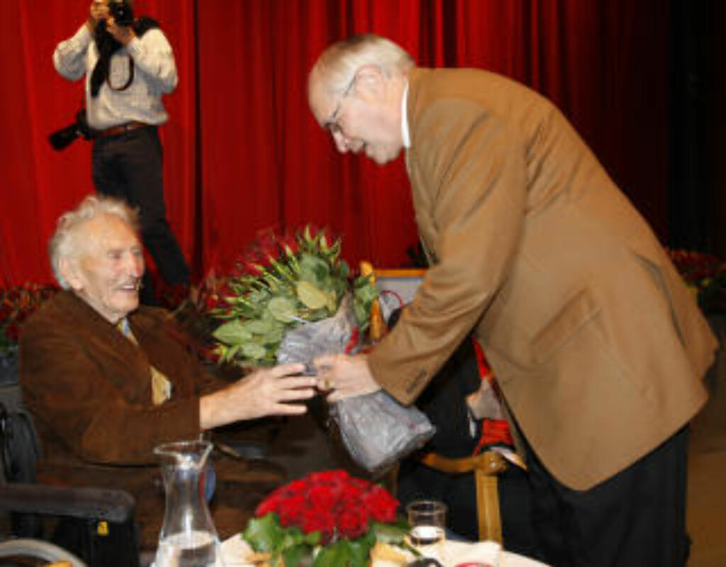 BLE 103 ÅR GAMMEL: Martin Kolberg gratulerte Haakon Lie på 103-årsdagen i fjor. Foto: LISE ÅSERUD / SCANPIX