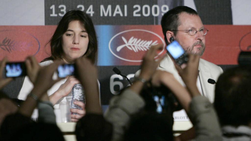 KOMMER PÅ KINO: Skuespiller Charlotte Gainsbourg og regissør Lars Von Trier på pressekonferansen for filmen «Antichrist» i Cannes. Foto: Francois Mori/Scanpix/AP
