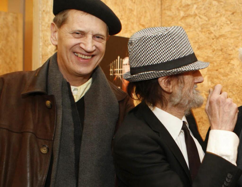 LAV PROFIL: Stefan Stray (til venstre) har holdt seg unna media, og finnes ikke i fotoarkivene til norsk presse. Dette bildet er tatt i forbindelse med en lokal kunstutstilling i Bærum i 2008. Foto: Tore Guriby