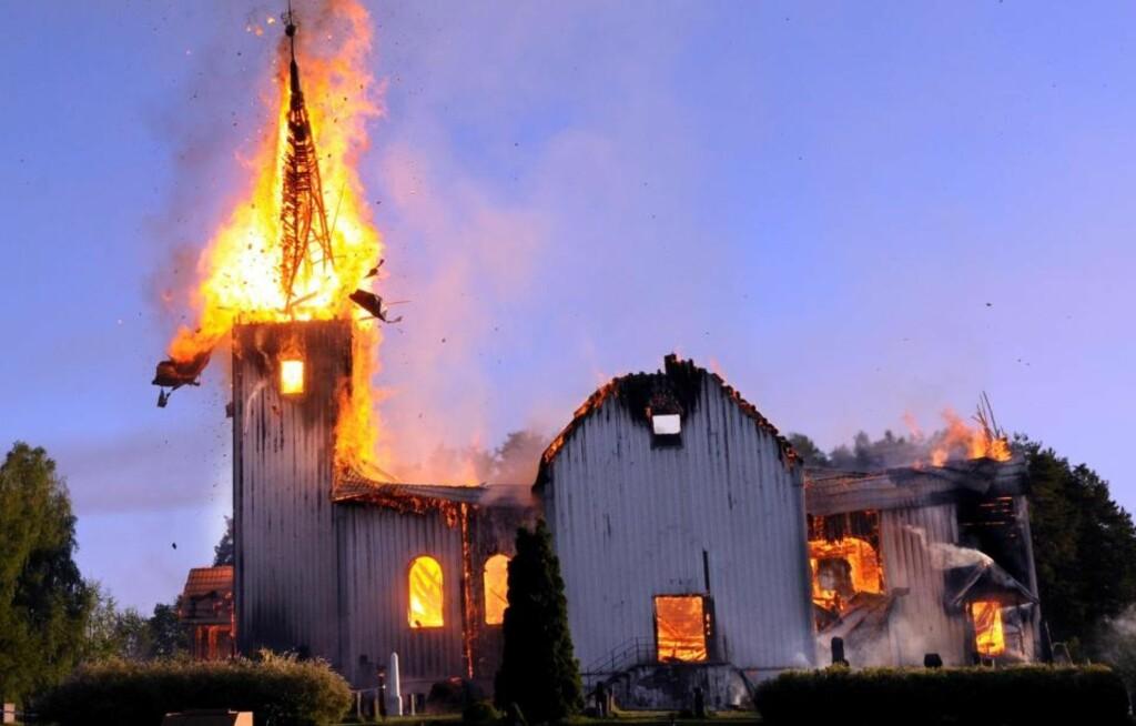 BRANT NED:   Våler kirke i Hedmark brant ned natt til fredag. Kirken var overtent da brannvesenet kom. Foto Sverre Viggen / Østlendingen / SCANPIX
