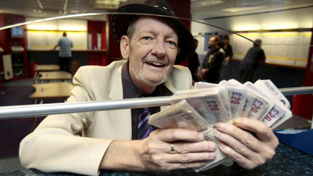 GAMBLER PÅ LIVET: Den 59 år gamle kreftpasienten Jon Matthews setter penger på at han skal overleve en ny 1. juni. Overlever han til i morgen er han 5000 pund rikere. Neste år vanke 10 000 hvis han holder ut. Foto: Carl Court/PA PHOTOS/SCANPIX