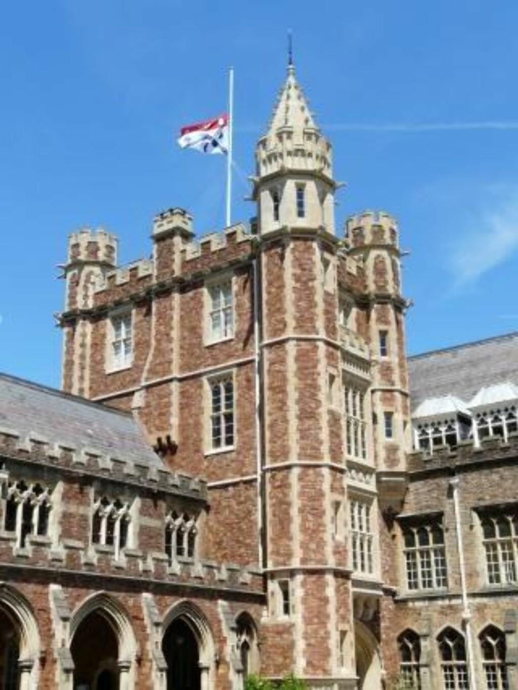 HALV STANG: Skolen der den norsk-britiske gutten gikk flagget i dag på halv stang. Foto: Clifton College
