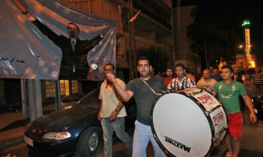 FEIRER: Tilhengere av 14. mars-alliansen feirer etter at valglokalene stengte søndag kveld. Foto: AP/SCANPIX