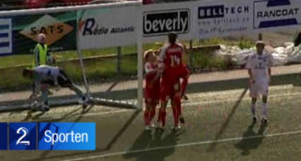 TIDELET FØR: Gauseth kommer stormende til får å feire Helles 2-0-scoring. Foto: TV 2, gjengitt med tillatelse.