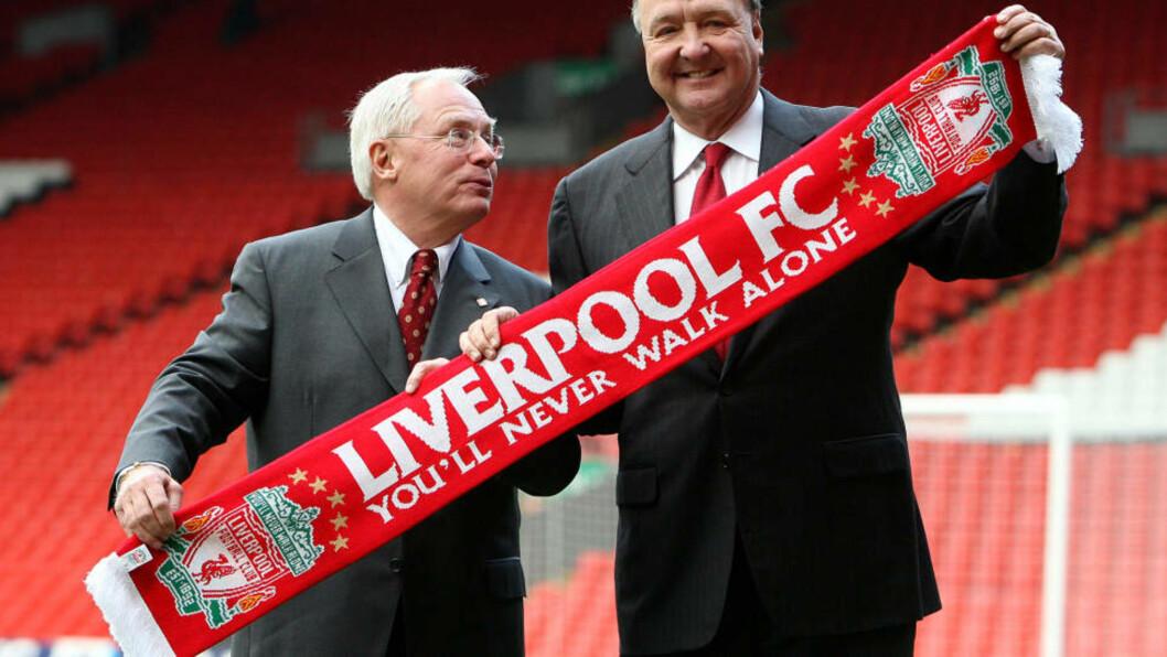 BELÅNER LIVERPOOL: Disse to karene er ikke de to mest populære karene i den røde delen av Liverpool. Her står Hicks og Gillett med et skjerf etter overtakelsen i februar 2007. Foto: AP Photo/Dave Thompson