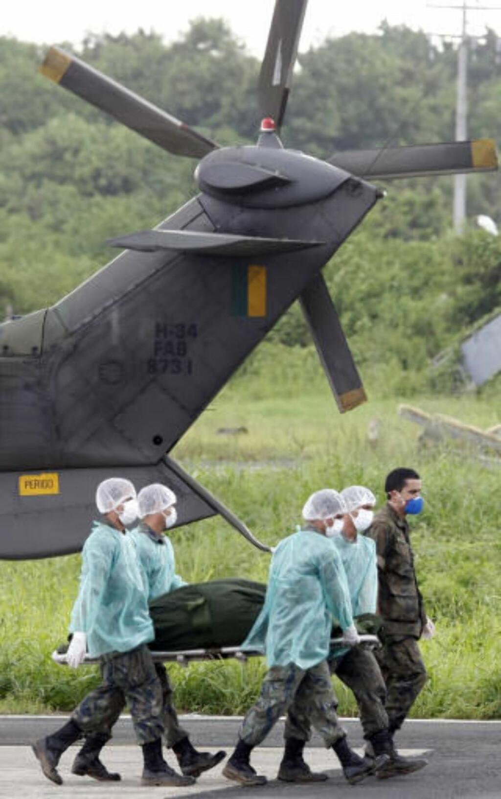 BRAKT TIL LAND: De første omkomne etter Air France-ulykken ble brakt til øygruppa Fernando de Noronha utenfor kysten av Brasil. AFP PHOTO/Evaristo SA