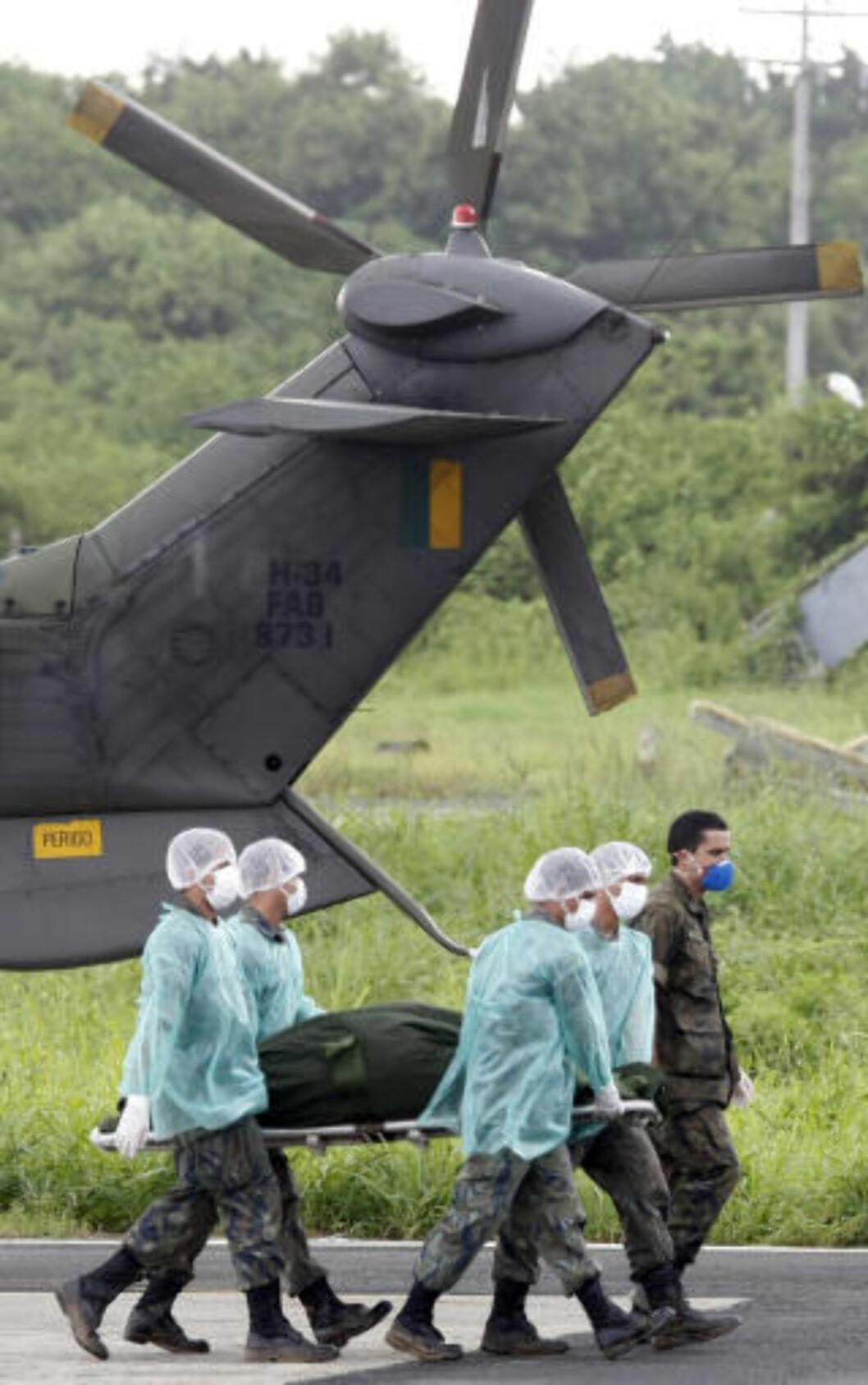 <strong>BRAKT TIL LAND:</strong> De første omkomne etter Air France-ulykken ble brakt til øygruppa Fernando de Noronha utenfor kysten av Brasil. AFP PHOTO/Evaristo SA