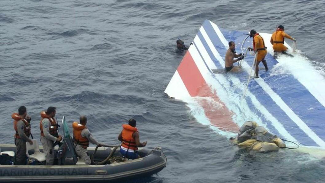 <strong>FANT TRE NYE DØDE:</strong> Dårlig vær bidro til at letemannskaper måtte avbryte søket etter flere omkomne etter Air France-ulykken. (AP Photo/Brazil's Air Force)