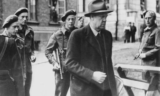 Oslo fredsdagene mai 1945. Frigjøringen. Vidkun Quisling ble arrestert 9. mai. På bildet er han på vei fra et forhør, omgitt av bevæpnede vakter. Erling Lorentzen nr. 2 fra venstre ?? Foto: Aftenposten