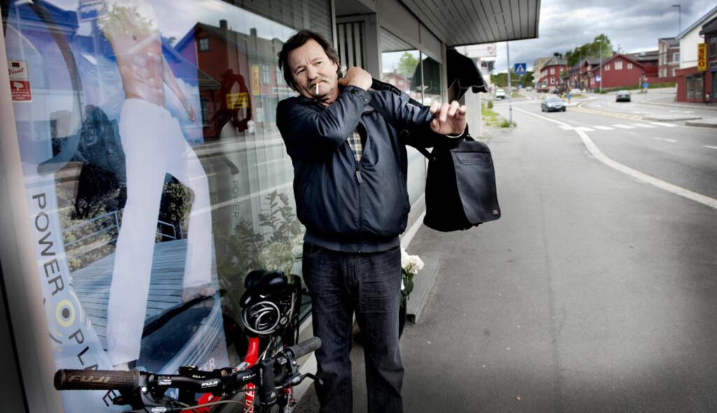HER BODDE HAN: Ivar H. Larsen ble kastet på gata fordi han ikke klarte å betale husleia da NAV stanset utbetalingene av uføretrygden hans. Etter utkastelsen bodde han her på havna i Moss. - Alt jeg har igjen er denne sykkelen, sier han. Foto: JOHN TERJE PEDERSEN