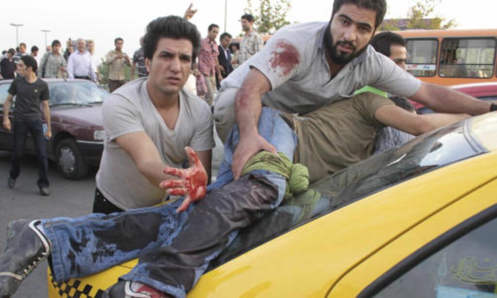SKUDD AVFYRT: Regjeringsvennlige styrker har avfyrt skudd mot demonstrantene i Teheran. Foto: AP/SCANPIX
