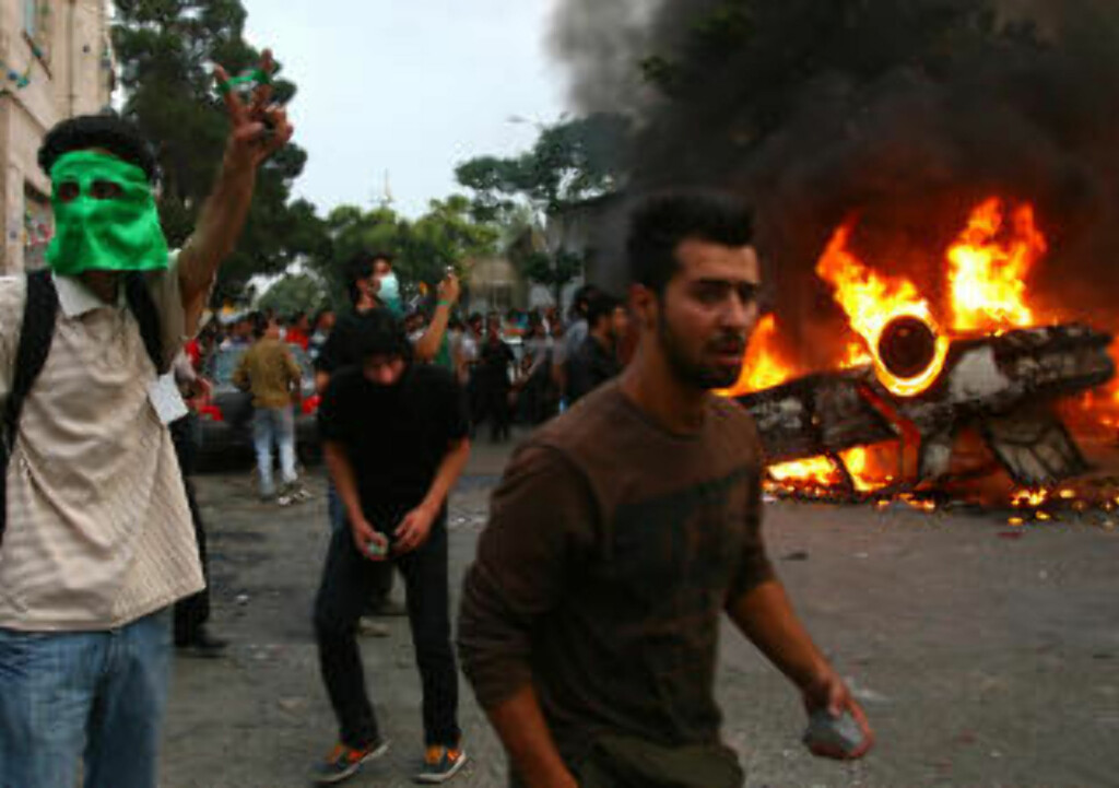 TREDJE DAG: Volden eskalerer i Teheran. Foto: AFP/SCANPIX