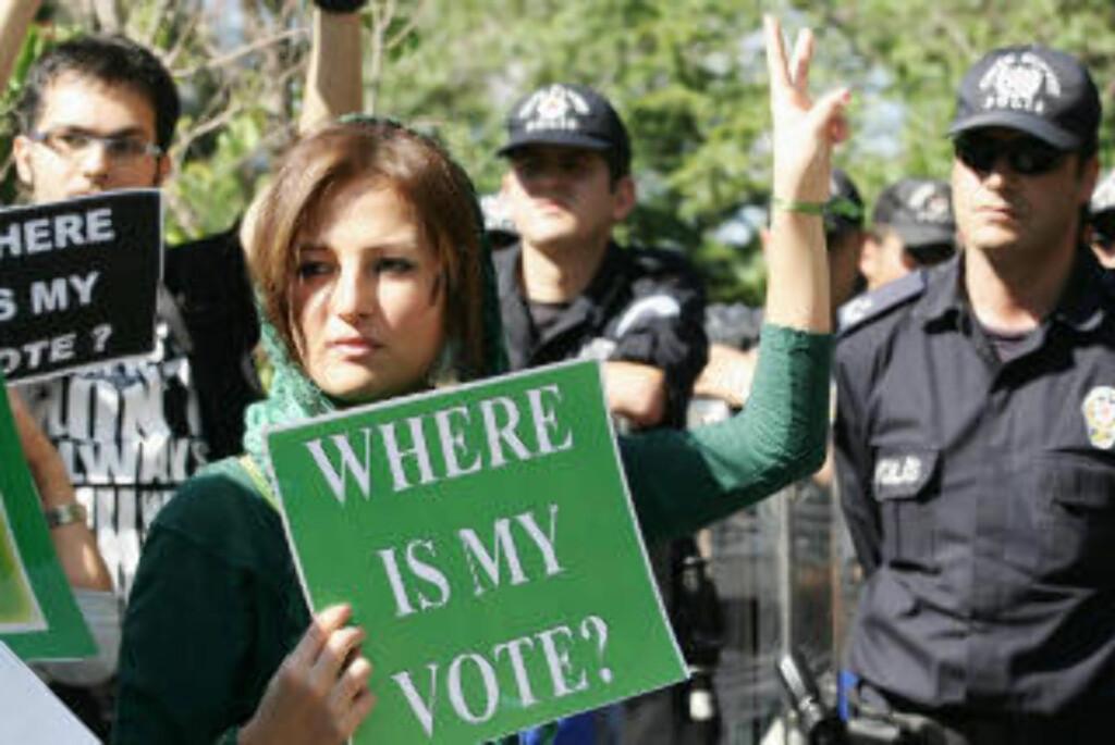 KREVER SVAR: Hvor er stemmen min, spør demonstranter i Teheran i dag.Foto: AFP/Adem ALTAN/SCANPIX