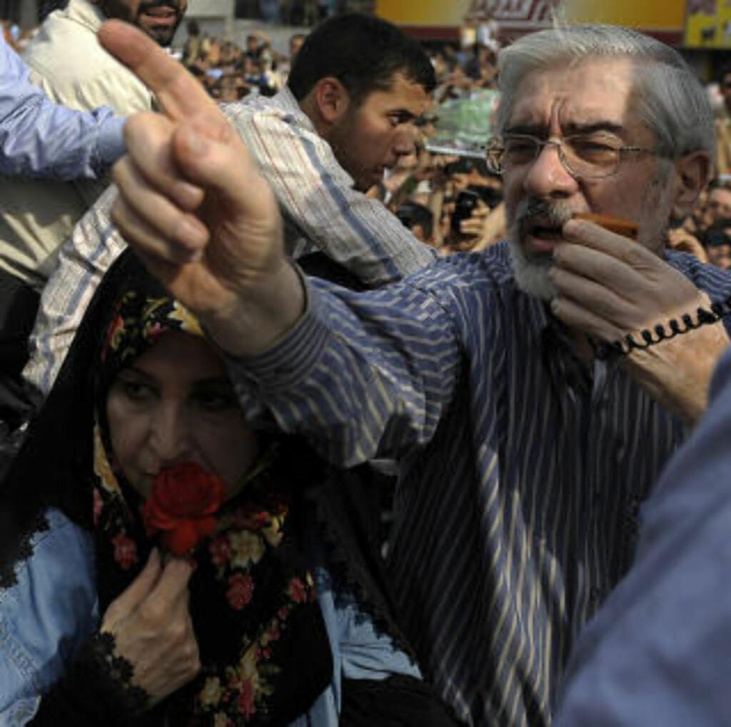 OPPOSISJONEN: Reformkandidat Mir Hossein Mousavi og hans kone Zahra Rahnavard deltok i den massive demonstrasjonen mot president Ahmadinejads valgskred.Foto: AFP/OLIVIER LABAN-MATTEI/SCANPIX