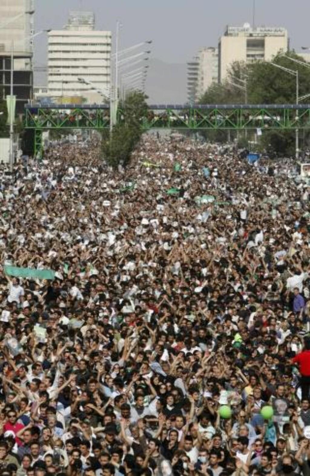 KJEMPEDEMONSTRASJONER: Hundretusener samles i Teherans gater. Foto: AP Photo/Ben Curtis/Scanpix