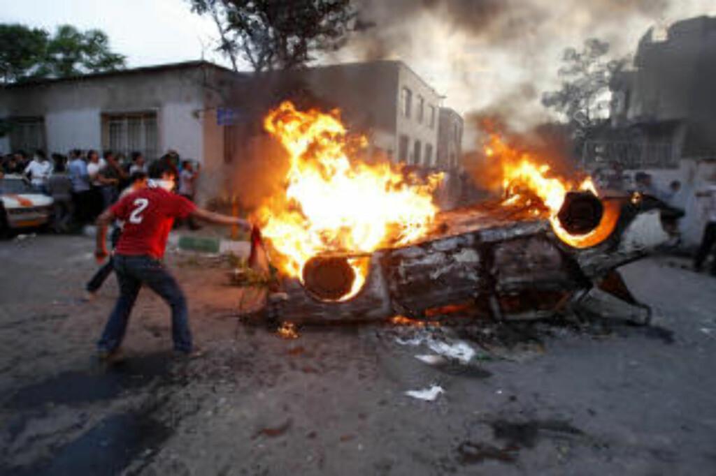 VOLD: Minst 12 er drept i demonstrasjonene. Foto: AP photo/Vahid Salemi/Scanpix