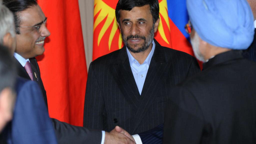 STØTTES: Irans president får støtte av Indias statsminister Manmohan Singh og pakistans president Asif Ali Zardari (til venstre). Foto: AFP PHOTO / DMITRY KOSTYUKOV/Scanpix