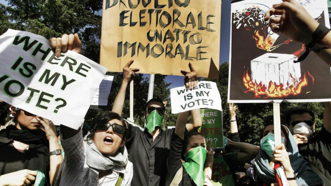 <strong>OVER HELE VERDEN:</strong> Det har vært demonstrasjoner over hele verden - her i Roma, Italia - etter valget i Iran. Størstedelen av informasjonen som kommer direkte fra Iran kommer nå direkte fra nettbrukere via tjenester som Twitter og YouTube.  Foto: AP Photo/Angelo Carconi/SCANPIX