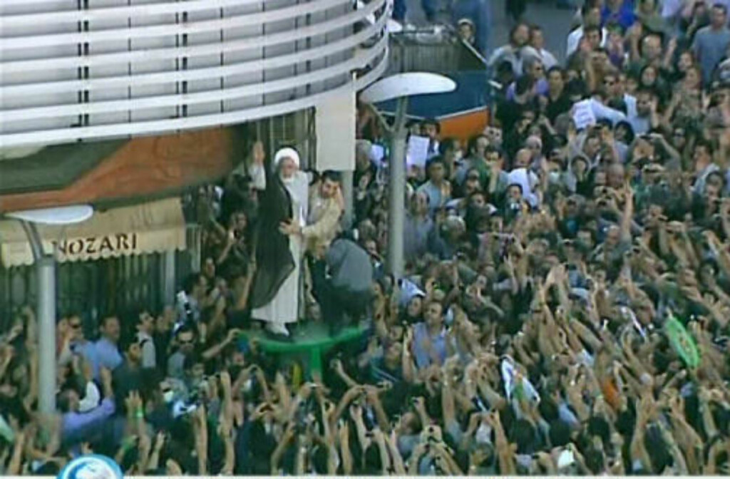MASSIV STØTTE: Tv-bilder viser at Mehdi Karroubi, en av de andre tapende presidentkandidatene, også deltok i dagens demonstrasjoner i Teheran.