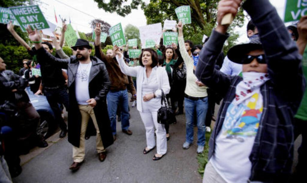 I OSLO: En demonstrasjon med et par hundre norskiranere og andre støttespillere endte i dag ved den iranske ambassaden i Oslo. Foto: SCANPIX
