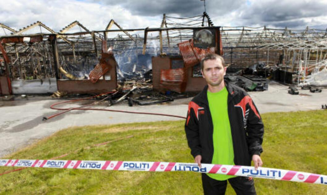 ARBEIDSPLASSEN NEDBRENT: Martyn Rembarz kom til brannstedet for å ta arbeidsplassen i øyesyn. Foto: Torbjørn Berg