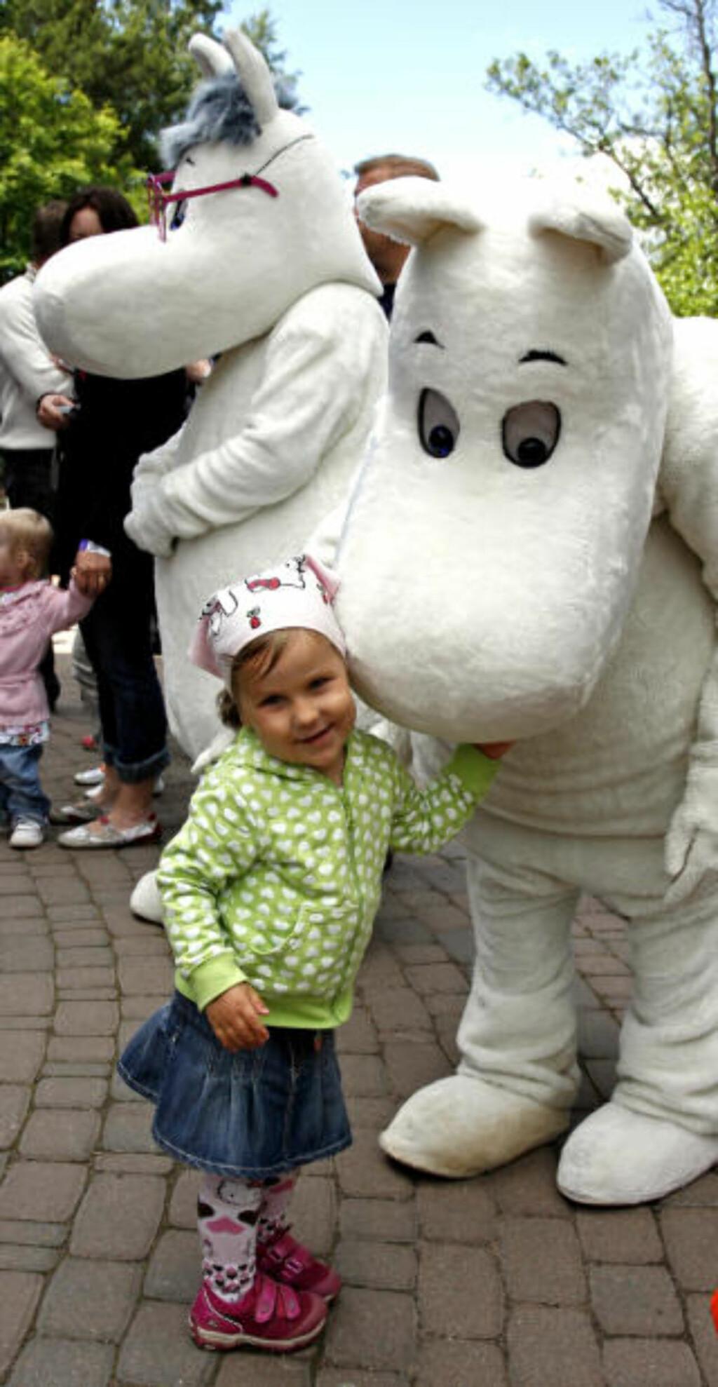 KRAMGOD: -Deilig å gi Mummi-pappa en riktig god klem, sier Josefine Keskinen (3).