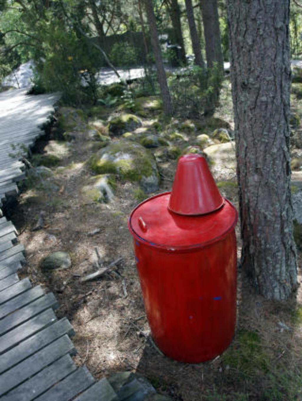 FORNUFTIG: Med jevne mellomrom er det utplassert store vanntønner som kan brukes dersom det oppstår branntilløp.