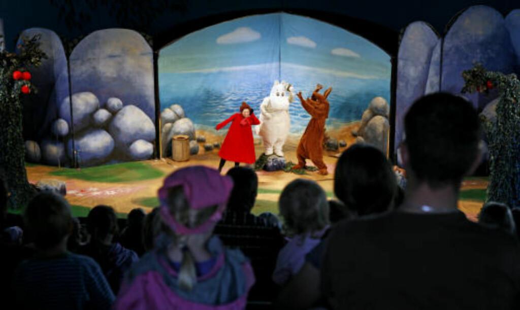 SHOW: Flere ganger om dagen er det forestillinger i amfiteateret. Ellers er skuespillerne rundt i parken og har det moro med ungene.