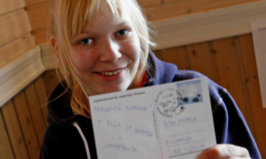 EGET STEMPEL Mummidalen har selvsagt eget poststempel. 19 år gamle Anette Rantala har sommerjobb på postkontoret for tredje året på rad.