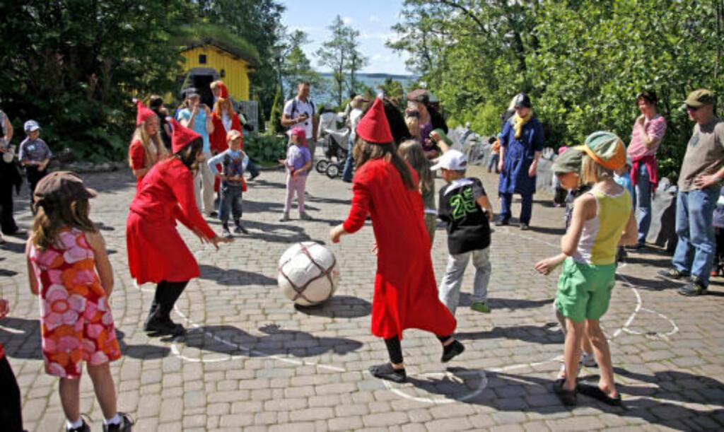 LEK OG MORO:  På gårdsplassen utenfor Mummi-huset deltar både skuespillere og ungene i den viltre leken.